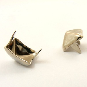 Medium Pyramid Stud x 100